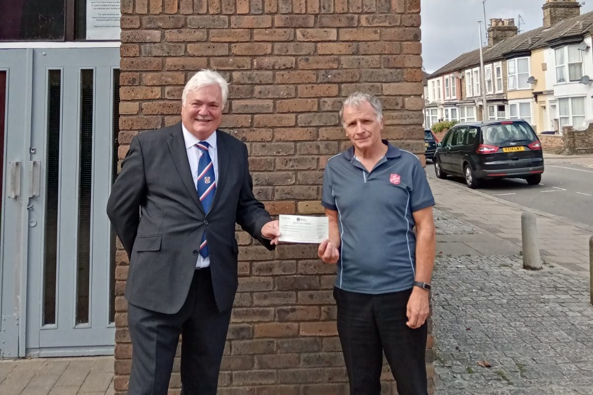 Bedfordshire Royal Arch Supports Salvation Army with £3,000
