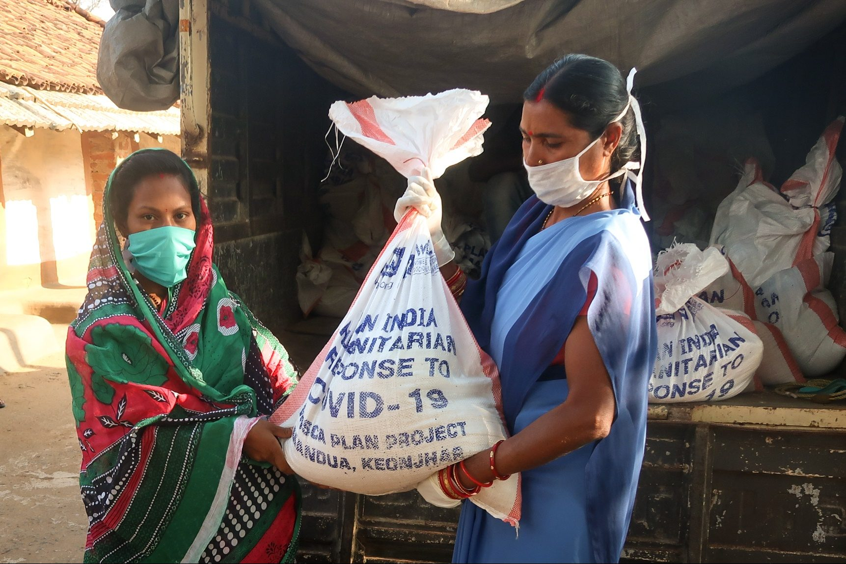 Families in India receive emergency food